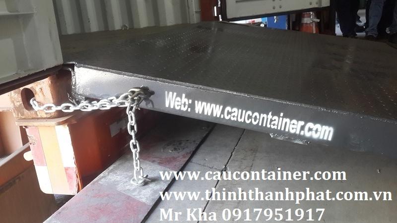 Cầu nối liền sàn kho với sàn container