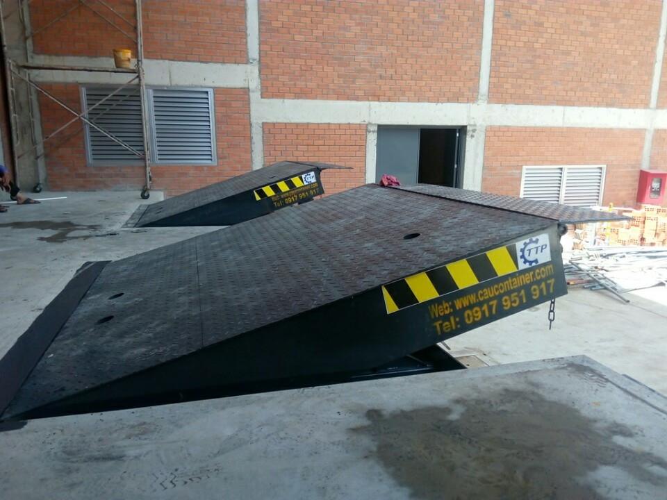 Sàn lên container - Mechanical dock leveler